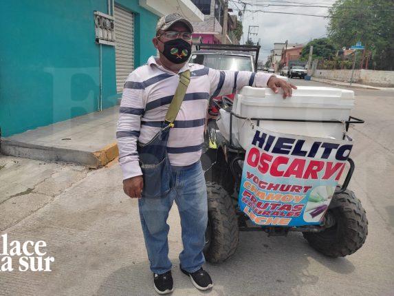 Vendiendo heladitos se gana la vida a pesar de la pandemia